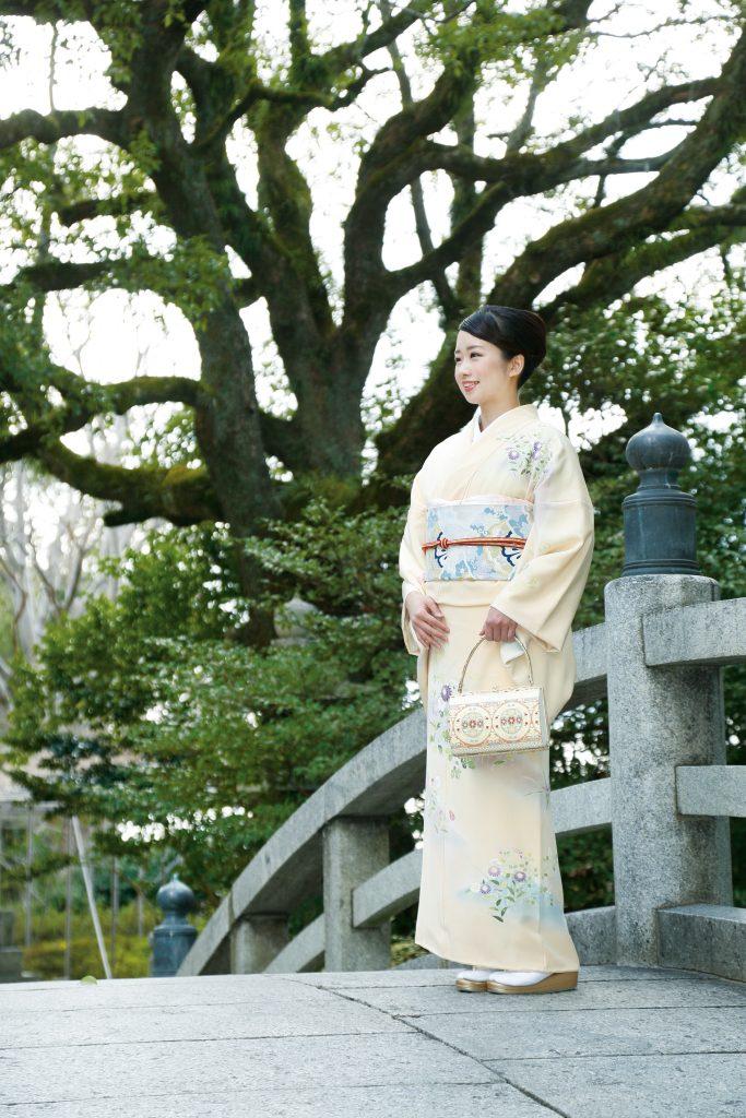 訪問着は、振袖や留袖とは違い結婚の有無に関わらずどなたでも着ることが出来る社交着です。